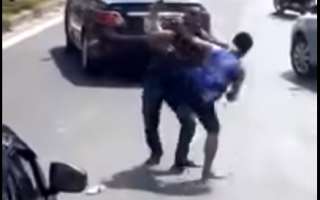 ô tô va chạm nhau hai tài xế đấu võ boxing